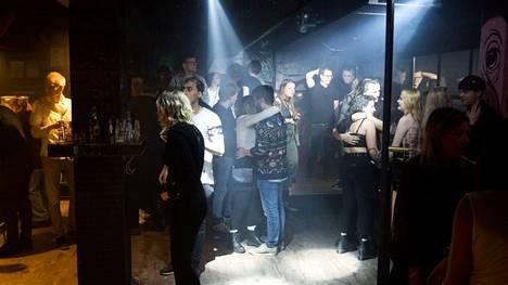 Ravintoloissa voi jälleen laulaa karaokea ja tanssia musiikin tahdissa lokakuun alusta lähtien, sillä ravitsemusliikkeitä koskevat rajoitukset poistuvat kiihtymisvaiheessa olevalta Pirkanmaalta.