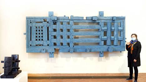 Intendentti Mirja Ramstedt-Salonen esitteli Porin taidemuseon juhlanäyttelyn teoksia. Mauno Hartmanin Lintujen kuningaskunta (1967–1972) on aikoinaan ollut esillä pöytämäisenä teoksena Villa Mairean pihalla.