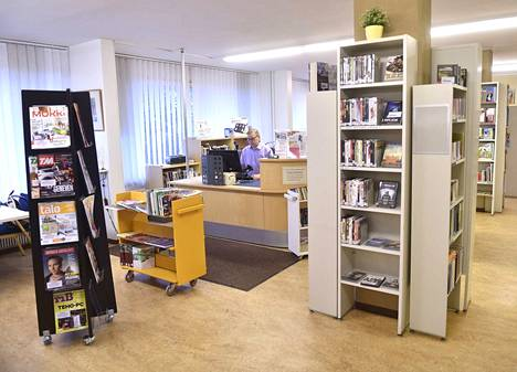Arkistokuva Käppärän kirjastosta vuodelta 2015. Kuvassa esiintyvä vastaava kirjastonhoitaja Juha-Pekka Järvensivu otti yhteyttä toimitukseen ja halusi tehdä selväksi, että hän ei ole kieltänyt oppilaita kuvaamasta videota. Paikalla on ollut sijainen.