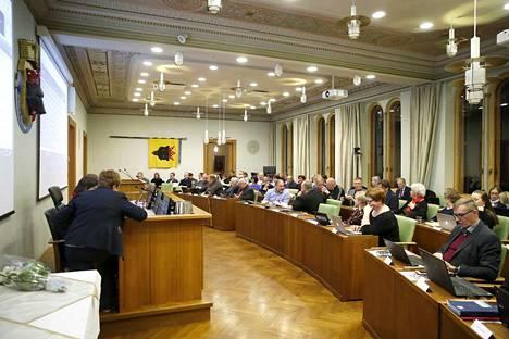Porin kaupunginvaltuuston kokoontuu maanantaina 2. marraskuuta etänä koronaviruksen vuoksi. Arkistokuva viime vuoden joulukuulta, jolloin valtuusto piti kokousta omassa salissaan kaupungintalossa.