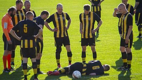 Merikarvian Innon Anttoni Viikilän loukkaantuminen ottelun alussa pysäytti pelin minuuteiksi.