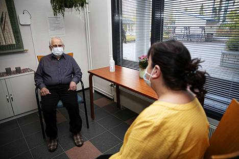 Tamperelaisessa Viola-kodissa suositellaan, että asukkaat tapaavat vieraita ulkona tai vaihtoehtoisesti tapaamistilassa. Päivi Hyry jutteli Viola-kodissa asuvan isänsä Ahti Mikkosen kanssa.