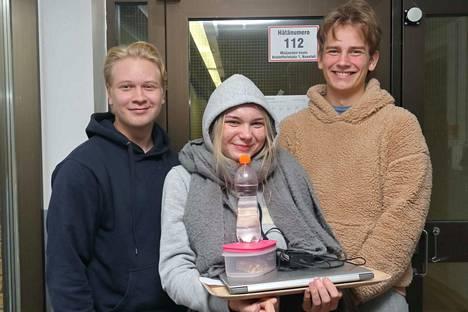 Pauli Raitanen, Miita Iivanainen ja Emil Lehmuskoski syksyn yo-kirjoitusten jälkeen jaksoivat vielä vitsailla koekysymyksistä.