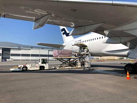 Huoltovarmuuskeskuksen toimitusjohtaja julkaisi huhtikuussa Twitterissä kuvan Finnairin koneesta, joka toi Suomeen kaksi miljoonaa kirurgista maskia ja 230 000 hengityssuojainta. Myöhemmin VTT:n testeissä paljastui, että suojia ei voi käyttää lainkaan sairaaloissa.