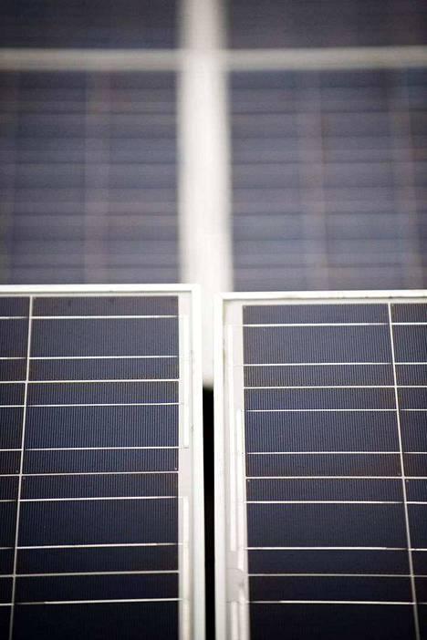 Aurinkopaneeleja sijoitetaan usein katoille, kuten on Kiilto Oy:n katolla Lempäälässä.