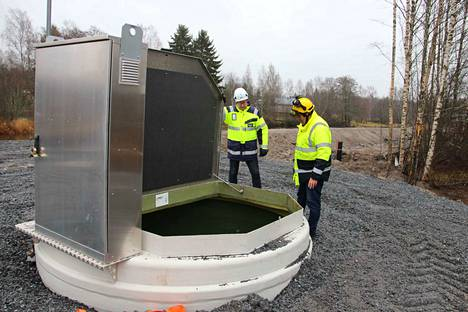 Tekninen johtaja Kari Pitkäranta ja teknisen lautakunnan jäsen Jorma Kenttä tutkivat uuden pumppaamon sisustaa.