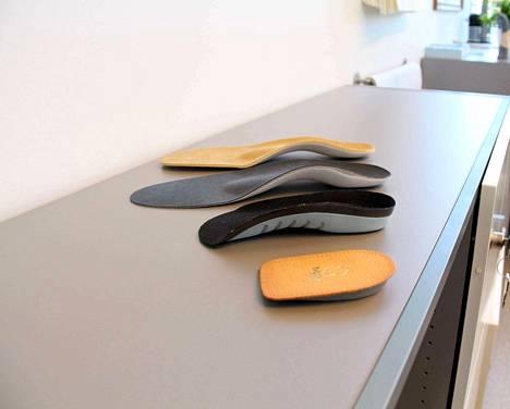 Kunnon tukipohjallinen auttaa jalkaterän asennon korjaamisessa, toisin kuin markettitason niin sanotut urheilupohjalliset.