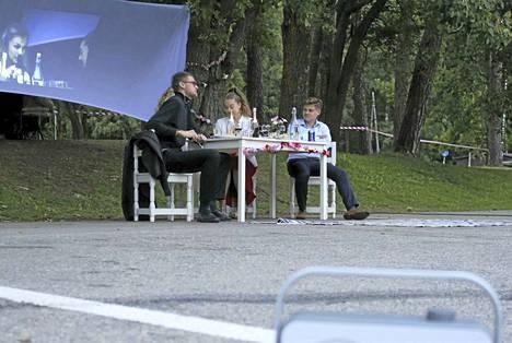Ville Vuorikoski (vas.), Annika Palojärvi, Roosa Leivo ja Teppo Nieminen esittävät Teatteri Ivan Dinneri-näytelmässä parikymppisiä ystävyksiä.