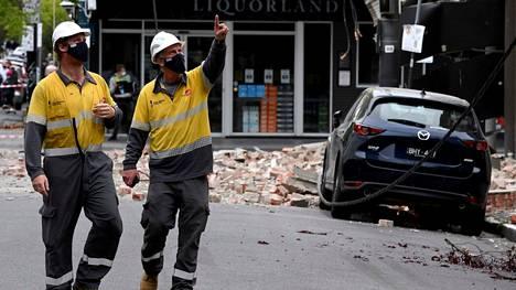Pelastushenkilöt tarkastavat maanjäristyksessä vaurioitunutta rakennusta Melbournessa keskiviikkona 22. syyskuuta.