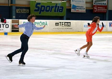 13-vuotias Elli Koukkari ja 14-vuotias Ada-Sofia Rannelma ovat harjoitelleet tulevaa jäämusikaalia varten kuusi kertaa viikossa.