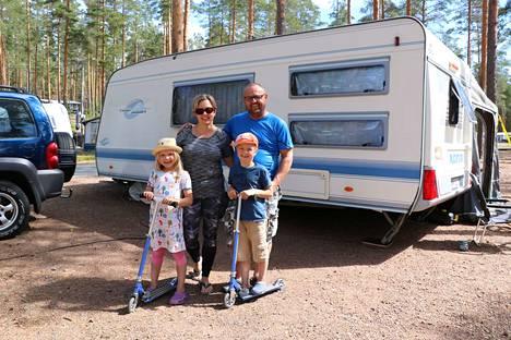 Sanni, Johanna, Eetu ja Jouni Hankosaari ovat saapuneet Riihimäeltä Kuninkaanlähteelle ensimmäistä kertaa. Perheellä on ollut niin mukavaa, että kerta ei taatusti jää viimeiseksi.
