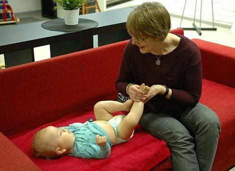 7,5-kuukauden ikäinen Eeli Nurmi pitää selvästi siitä, että Paula Järvinen hieroo häntä. Nyt kun Eeli on alkanut liikkua enemmän, hän hyötyy myös jalkojen ja käsivarsien hieronnasta.