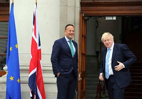 Britannian pääministeri Boris Johnsonin (oik.) työviikko alkoi Irlannin-vierailulla. Irlannin pääministeri Leo Varadkar muistutti, että ilman backstop-järjestelyä ei voi olla erosopimustakaan.