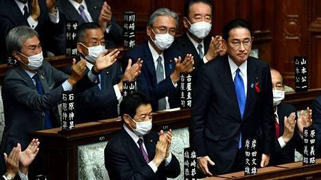 Parlamentin jäsenet antoivat Kishidalle aplodit äänestyksen jälkeen maanantaina.