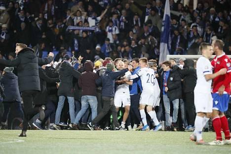 Yleisö ryntäsi kentälle juhlimaan pelaajien kanssa.