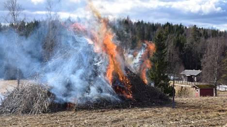 Hämeenkyrön Kierikkalan kylässä Myllykolun lähistöllä pellolla paloi lauantaina viisi metriä korkea pääsiäiskokko, joka oli seitsemän metriä leveä. Kokon oli koonnut kokoon Katariina ja Eero Pylsy.
