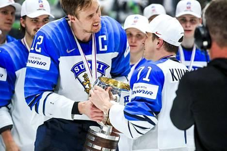Mörkö vei pokaalin... Leijonien Marko Anttila ojensi MM-pystin Kristian Kuuselalle.