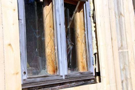 Sammin kylätalon piharakennuksen kaikki ikkunat rikottiin saneerauksen alettua. Ilkivallasta on tehty rikosilmoitus.