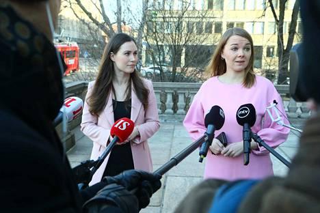 Pääministeri Sanna Marin ja valtiovarainministeri Katri Kulmuni sanoivat, että koronakriisi varjostaa nyt kehysneuvotteluja ja hallituksen tehtävänä on nyt päästä kriisistä ulos mahdollisimman pienin vaurioin.