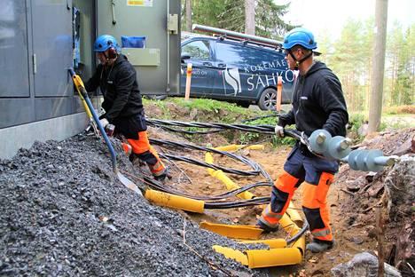 Sähköyhtiöt ovat vetäneet vauhdilla sähköverkkojaan maan alle vuoden 2011 Tapani-myrskyn jälkeen uudistetuin lainsäädännön vaatimusten mukaisesti, eikä se ole ilmaista. Arkistokuvassa Kokemäen Sähkön verkostoasentajat Erno Isomäki ja Tomi Mäkinen kytkevät maakaapelilinjaa muuntajakoppiin Kiettareen saaressa Kokemäellä.