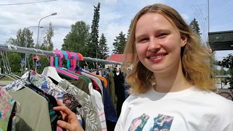 Saaga Hölsö esittelee kesäkauppansa valikoimaa Vilppulan Keskuskadun varrella.