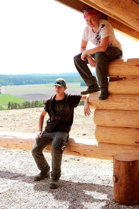 Ensimmäisen vuoden metsäalan opiskelijat Matias Arraste ja Iiro Paljakka olivat mukana rakentamassa uutta laavua Kiipulan Matinvuoren laelle.