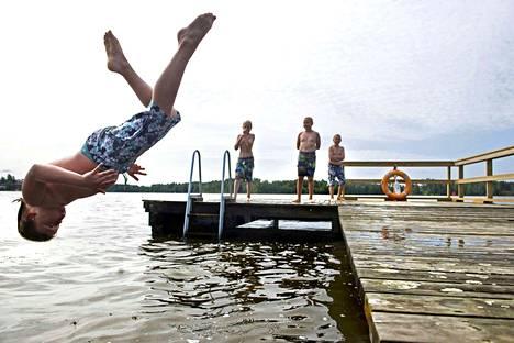 Nauti uimisesta ja pulahda mahdollisimman moneen vesistöön tänä kesänä, kehottaa kesäuintihaaste.