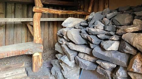 Saunan lämmitykseen liittyy sudenkuoppia, joista on hyvä olla perillä. Kuva on Saunakylän yhdestä savusaunasta.
