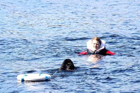 Newfoundlandinkoira Miina ja kouluttaja Suvi Nikkilä antoivat koulutusnäytöksen, kuinka vesipelastustehtävässä toimitaan.