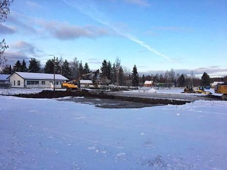 Maanrakennustyöt Akaan hyvinvointikeskuksen tontilla Matinpuiston kentällä Toijalassa alkoivat maanantaina.