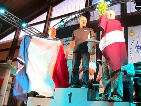 Raimo Makkara voitti jousiammunnan taljajousen vaistoammunnan Euroopan mestaruuden 2016 Itävallan Saalbachissa järjestetyssä kisassa Kesäkuun lopulla. Kilpailu oli tiukka ja ero kakkoseen oli vain 42 pistettä. Makkaran kokonaispistemäärä oli 1684 pistettä.