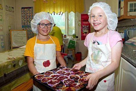 Moona Ilvesaho ja Roosa Ohra-aho leipoivat ruismustikkamuffineita.