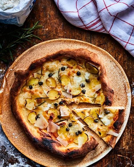Kesäisen pizzan täytteeksi sopivat ricotta, mozzarella ja ohuiksi siivutetut uudet perunat.
