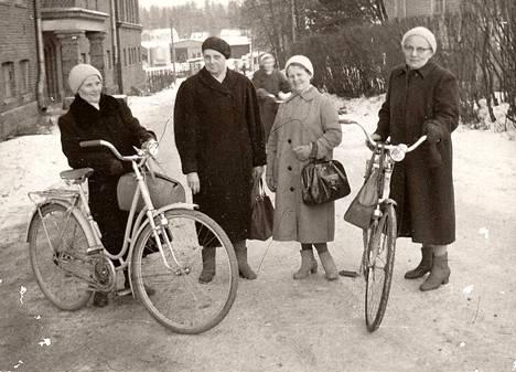 Tuula Mäkisen äiti Hilda Mäkinen (vas.) teki pitkän uran lumppulinnassa. Tuula itse on kuvassa keskellä taustalla.
