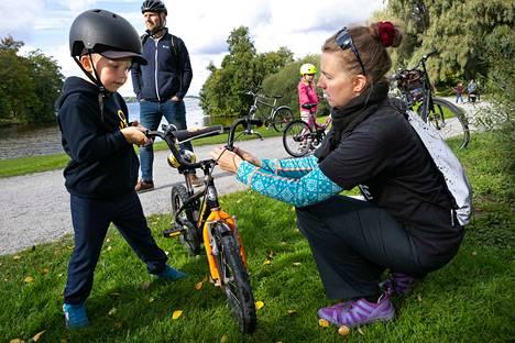 Maria Luosto asensi Kasper Kinnusen pyörään syksyllä tarpeellisen etuvalon.