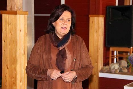 Perusturvajohtaja Terttu Nordman kertoi Satasoten etenemisestä viime kunnanvaltuuston kokouksessa Rantahuoneen vintillä.