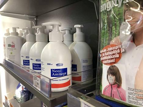 Käsidesi ja hengityssuojaimet ovat käyneet tavallista paremmin kaupaksi myös Jämsän alueen apteekeissa.