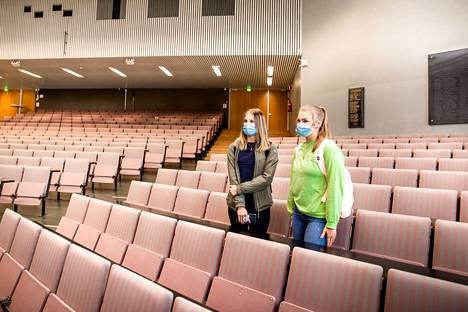 Hanna Koivisto ja Ella Kokki olivat ensimmäisinä tyhjässä luentosalissa odottamassa tutorkoulutushetken alkamista. Kaksikko aloittaa opiskelijatuutoroinnin tiistaina. Autotekniikan opiskelijat odottivat opiskeluvuodelta etenkin eri alojen opiskelijoihin tutustumista.