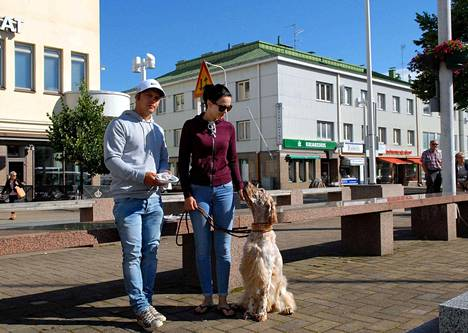 Teemu Lempinen ja Aliisa Raski eivät ole pahoillaan, vaikka Fidel ei pääse toriaikana kojujen sekaan kulkemaan.
