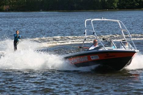 Vesihiihdon junioreiden ja senioreiden SM-sijoista kisattiin Harjavallan vesihiihtopuistossa.