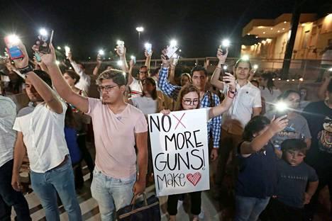 Enemmistö yhdysvaltalaisista toivoisi maahan tiukempia aselakeja. Jälleen kerran yksi veriteko nosti ongelman keskusteluun. Suurin osa maan kansalaisista ei usko, että poliitikot saisivat muutoksia aikaan.