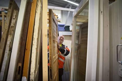 Vanhoja puuovia on helppo työstää mieleisekseen, jos haluaa. Toisille patina on tärkeää, kertoo työvalmentaja Ismo Riihikallio Varaosapankista.