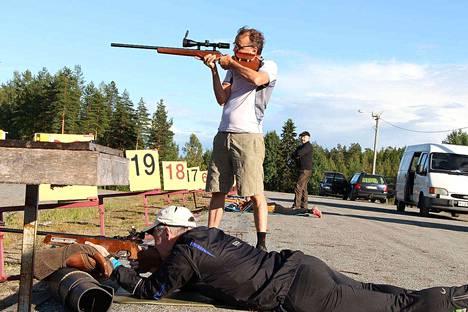 Tuomo Ahonen tähtää seisaaltaan ja Eino Ylä-Hallinen makuuasennosta. Molemmille miehille ampuminen oli ennestään tuttua.