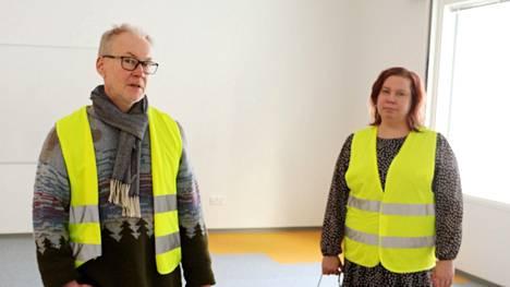 Rehtori Reima Viitala ja Multian tekninen johtaja Tiina Löytömäki esittelivät uutta koulua Suur-Keuruun juttua varten.