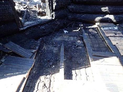 Onnettomuustutkintakeskuksen kuva syttymispaikasta. Palon syttymisalueeksi rajautui noin neliömetrin kokoinen alue olohuoneessa. Palo syttyi lautalattian alla olleesta sähkötoimisesta lattialämmityksestä. Lämmityskaapelin asennuksessa oli tehty virheitä.