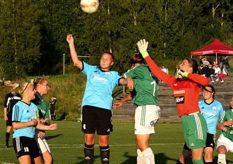 FC Nokian sinipaitojen Senni Hietanen (kesk.) teki ottelun ainoan maalin, vaikka tässä puskutilanteessa osumaa ei synnykään. Tilanteessa mukana myös FC Nokian Ella Lehtonen (vas.) ja Emilia Stenberg.