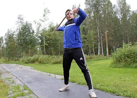 Voitto Köykkä harjoittelee usein Parkkivuoren urheilukentän alapuolelle tehdyllä heittopaikalla.