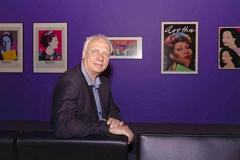 Näyttelyn kuraattorina toimiva Jürgen Döring on Hampurin taideteollisuusmuseon grafiikka- ja julisteosaston johtaja. Museolla on yli 10 000 julisteen kokoelma, jota on kerätty yli 100 vuotta. Döringin suosikkipoptaiteilija on Roy Lichtenstein, joka vaikutti samaan aikaan kuin Warhol.