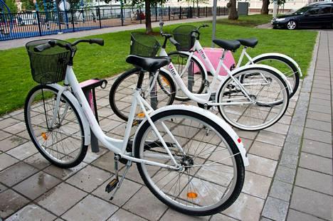 Tampereen edelliset kaupunkipyörät näyttivät tältä. Lainaaminen ei vielä onnistunut mobiilisovelluksella, vaan avain piti hakea noutopaikasta.