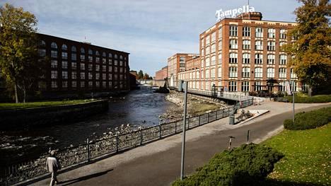 Tammerkosken täyttäminen alkoi Tampereen ydinkeskustassa keskiviikkona puolenpäivän aikaan.